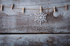 Decorações do Natal & x28; snowflake& x29; suspensão sobre o fundo de madeira Foto de Stock