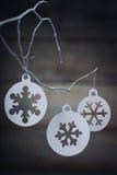 Decorações do Natal & x28; snowflake& x29; suspensão sobre o fundo de madeira Fotografia de Stock