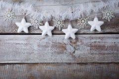 Decorações do Natal & x28; snowflake& x29; suspensão sobre o fundo de madeira Fotos de Stock Royalty Free