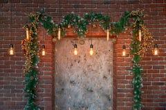 Decorações do Natal sobre a chaminé decorativa na parede imagens de stock