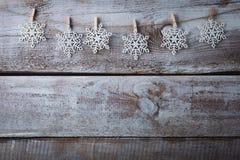 Decorações do Natal & x28; snowflake& x29; suspensão sobre o fundo de madeira Fotos de Stock