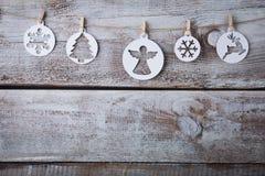 Decorações do Natal & x28; snowflake& x29; suspensão sobre o fundo de madeira Fotografia de Stock Royalty Free