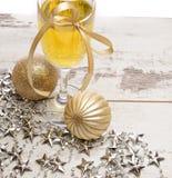 Decorações do vidro do champanhe da véspera de ano novo Fotografia de Stock Royalty Free