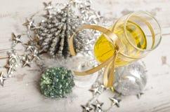 Decorações do vidro do champanhe da véspera de ano novo Fotografia de Stock