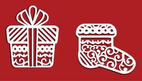 Decorações do White Christmas no fundo vermelho: presente e peúga Uso de maio ele para cortar Imagens de Stock