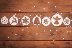 Decorações dos cartões do Feliz Natal no estilo de papel do corte Imagens de Stock