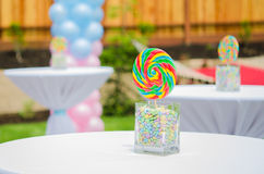 Decorações dos doces da festa do bebê na tabela Imagem de Stock