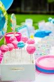 Decorações dos doces da festa do bebê na tabela Fotografia de Stock Royalty Free