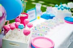 Decorações dos doces da festa do bebê na tabela imagem de stock royalty free
