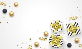 Decorações douradas do Natal ou do ano novo, presentes na curva da fita e fundo do branco dos confetes do ouro Molde superior f d Fotografia de Stock Royalty Free