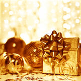 Decorações douradas do presente do Natal Fotos de Stock