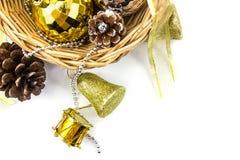 Decorações douradas e de prata do Natal no fundo branco bas fotografia de stock