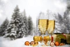Decorações e champanhe do Natal contra o fundo do inverno Foto de Stock