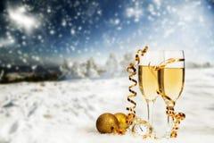Decorações e champanhe do Natal contra o fundo do inverno Imagens de Stock Royalty Free