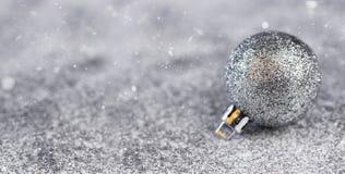 Decorações e festões da composição do Natal em um fundo brilhante fotos de stock royalty free