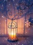 Decorações e lanterna do Natal na noite fotografia de stock