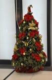 Decorações e luzes da árvore de Natal Imagem de Stock Royalty Free