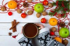 Decorações e mão do Natal com uma xícara de café em um de madeira Fotografia de Stock