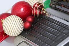 Decorações e portátil coloridos das bolas do Natal Fotos de Stock Royalty Free