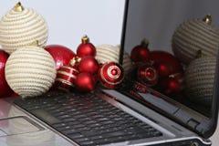 Decorações e portátil coloridos das bolas do Natal Fotografia de Stock Royalty Free