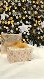 Decorações e presentes da árvore de Natal imagens de stock royalty free