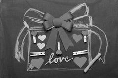 Decorações e símbolos dos Valentim no fundo preto Conceito do dia do amor e de Valentim Presente tirado na placa preta fotos de stock