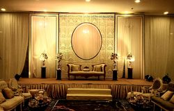 Decorações elegantes da fase do casamento do salão do banquete fotos de stock royalty free