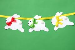 Decorações feitos à mão da Páscoa: festão de papel festiva do coelho isolada no fundo verde Imagem de Stock Royalty Free