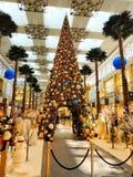 Decorações festivas no centro de compra imagens de stock royalty free