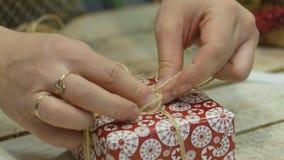 Decorações festivas O trabalho de um desenhista-decorador Na véspera do Natal video estoque