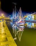 Decorações, luzes e Marine Crib do Natal foto de stock royalty free