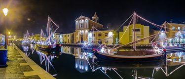Decorações, luzes e Marine Crib do Natal imagem de stock