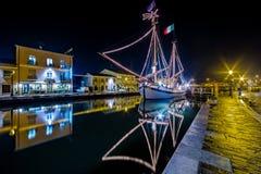 Decorações, luzes e Marine Crib do Natal foto de stock