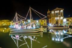 Decorações, luzes e Marine Crib do Natal fotos de stock