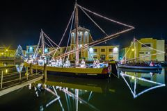 Decorações, luzes e Marine Crib do Natal imagens de stock