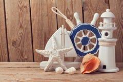 Decorações marinhas do estilo de vida sobre o fundo de madeira Imagens de Stock Royalty Free