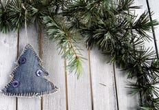 Decorações na árvore de Natal fotografia de stock royalty free