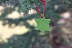 Decorações na árvore de Natal que está no ar livre Árvore do ano novo das decorações Imagem de Stock Royalty Free