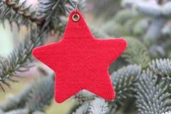 Decorações na árvore de Natal que está no ar livre Árvore do ano novo das decorações, o lugar para texto seletivo Imagens de Stock Royalty Free