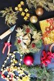 Decorações para fazer a grinalda do Natal Fotografia de Stock Royalty Free
