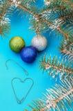 Decorações para o Natal na árvore de Natal, grânulo de brilho fotografia de stock royalty free