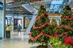 Decorações para os próximos feriados na alameda do vale de Westfield, San Jose, Califórnia imagem de stock royalty free