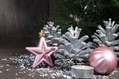 Decorações pelo Natal e o ano novo, brinquedos brilhantes, cones Imagem de Stock
