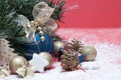 Decorações pelo Natal e o ano novo, brinquedos brilhantes, cones Imagem de Stock Royalty Free