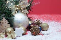 Decorações pelo Natal e o ano novo, brinquedos brilhantes, cones Fotografia de Stock