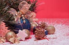 Decorações pelo Natal e o ano novo, brinquedos brilhantes, cones Fotos de Stock Royalty Free