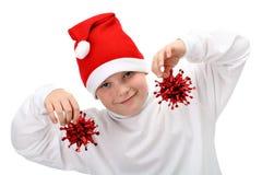 Decorações pequenas do Natal da terra arrendada do menino imagens de stock