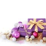Decorações roxas agradáveis do Natal no fundo branco Fotografia de Stock