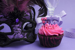Decorações roxas do partido do disfarce - ascendente próximo Fotos de Stock Royalty Free