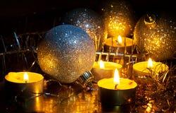 Decorações velas e da árvore de Natal pequenas ardentes Foto de Stock Royalty Free